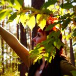 Waldelfe im Blätterwerk